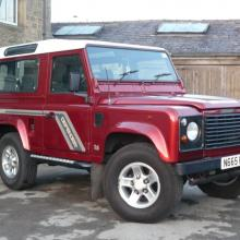 This is a very nice picture showing a land rover defender 90 County