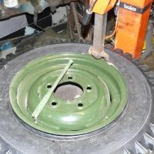 New Avon 700-16 tyres same as original were fitted to the land rover series 1 107 .